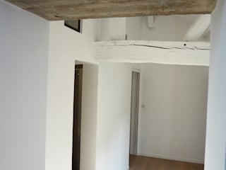 Hotel particulier rénové Couloir, entrée, escaliers originaux par KJBI DECO Éclectique