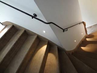 Hotel particulier style contemporain: Couloir, entrée, escaliers de style  par KJBI DECO