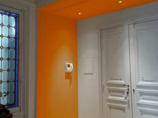 Entrée colorée: Couloir et hall d'entrée de style  par VH Conseil et Conception