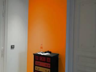 Appartement Hausmanien - Entrée orange: Couloir et hall d'entrée de style  par VH Conseil et Conception