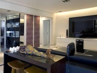 PROJETO - PRETO, BRANCO E PRÁTICO Salas de estar modernas por Adriana Scartaris: Design e Interiores em São Paulo Moderno