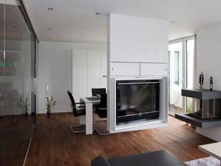 Fernsehen nur wenn man es braucht:  Wohnzimmer von  Die Tischlerei