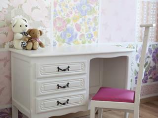 Brocante bureau in een modern jasje:  Slaapkamer door Swiet