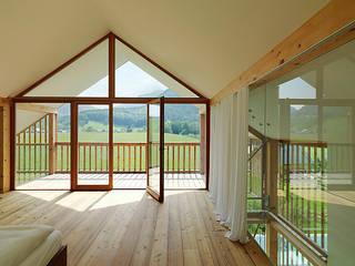 Privathaus mit Holzfenstern Moderne Fenster & Türen von KAPO Fenster und Türen GmbH Modern
