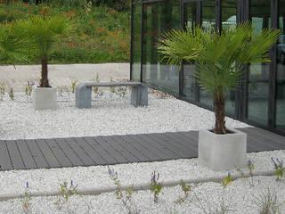 Betonmöbel im auf Terasse:   von BETONIU GmbH
