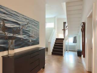 Stadthaus Winterhude Moderner Flur, Diele & Treppenhaus von Andreas Edye Architekten Modern