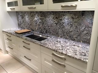 Showroom di 4 Seasons Kitchens Moderno