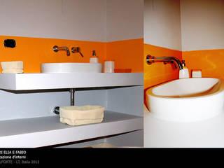 bagno zona giorno: Bagno in stile  di  claudia lucciola architetto