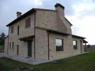 Ristrutturazione casale di campagna. Umbria. Provincia di Perugia: Case in stile  di Studio Architetti Cornacchini - De Boni
