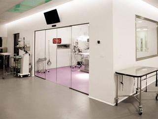 Diseño de Hospital veterinario Oficinas y tiendas de estilo moderno de Coup de Grâce design & events Moderno