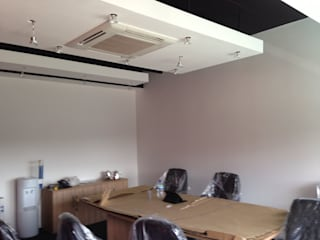 Meeting room with 'floating ceiling' rafts Espaces de bureaux modernes par Lancashire design ceilings Moderne