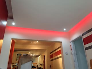 Floating ceiling with hidden LEDs Ruang Keluarga Modern Oleh Lancashire design ceilings Modern