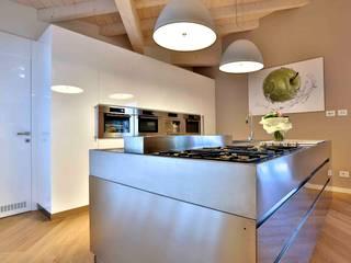 Villa  in legno: Cucina in stile in stile Classico di Marlegno