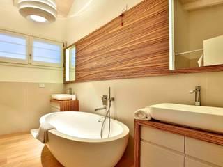 Villa in legno: Bagno in stile in stile classico di Marlegno