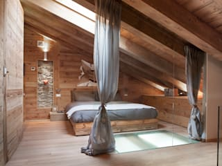 UN CALDO CHALET DI  DESIGN : Camera da letto in stile  di archstudiodesign