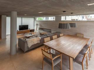 Modern dining room by ESTUDIO GEYA Modern