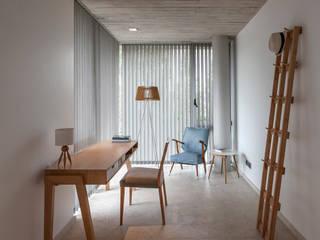 CASA HARAS: Estudios y oficinas de estilo  por ESTUDIO GEYA