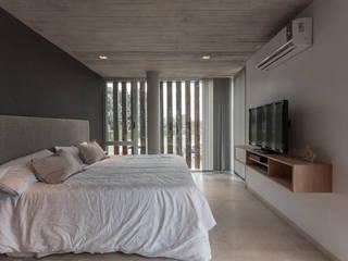 CASA HARAS Dormitorios modernos: Ideas, imágenes y decoración de ESTUDIO GEYA Moderno