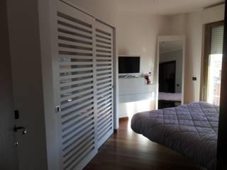 appartamento contemporaneo: Camera da letto in stile  di casa look