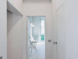 Minimalistyczny korytarz, przedpokój i schody od PAOLO FRELLO & PARTNERS Minimalistyczny
