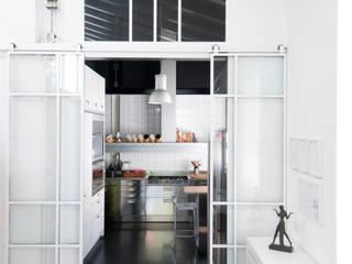Minimalistyczna kuchnia od PAOLO FRELLO & PARTNERS Minimalistyczny