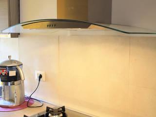 dettaglio del piano cottura in vetro specchiato e cappa in acciaio e vetro: Cucina in stile in stile Moderno di EMC2Architetti