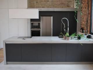 Raw Concrete Loft Kitchen Cucina moderna di Concrete LCDA Moderno Cemento