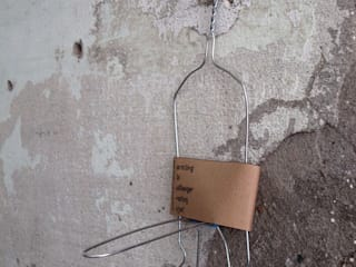 Rocco: Recycling Old Coat hangers Creating Objects:  in stile  di FPAA / Fiori Pietrapiana Architetti Associati