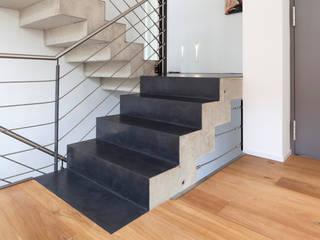 Beton Cirè auf Treppe, Einfamilienhaus, Bonn Moderner Flur, Diele & Treppenhaus von Einwandfrei - innovative Malerarbeiten oHG Modern