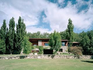 Vivienda unifamiliar: Casas de estilo rústico de SANTI VIVES ARQUITECTURA