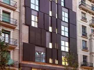 Reforma integral edificio plurifamiliar: Casas de estilo moderno de SANTI VIVES ARQUITECTURA