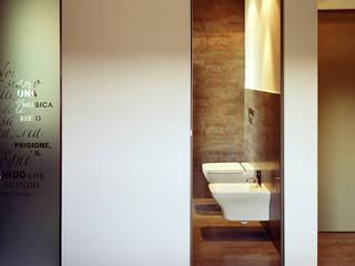 casa degli orti: Bagno in stile in stile Moderno di sinapsiarchitettura |giacomo airaldi architetto
