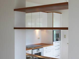 Umgestaltung einer 4-Zimmer-Eigentumswohnung Minimalistische Küchen von tbia - Thomas Bieber InnenArchitekten Minimalistisch