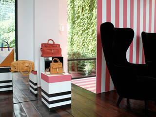 Shop window projects: Negozi & Locali commerciali in stile  di SILVIA MASSA STUDIO