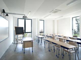 Scuola Elementare:  in stile  di MONDAINI ROSCANI ARCHITETTI ASSOCIATI
