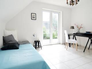 Einfamilienhaus in Düsseldorf: moderne Schlafzimmer von Momentum Homestaging