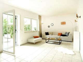 Einfamilienhaus in Düsseldorf: moderne Wohnzimmer von Momentum Homestaging