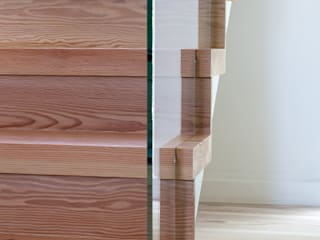 Letting in the Light Bisca Staircases Ingresso, Corridoio & Scale in stile moderno