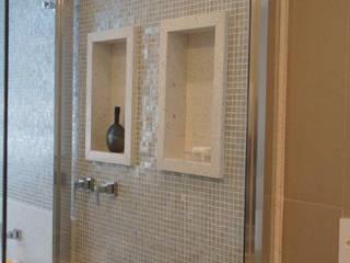 Baños de estilo  por Triple Arquitetura