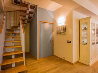 Pasillos, vestíbulos y escaleras eclécticos de davide pavanello _ spazi forme segni visioni Ecléctico