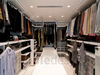 Müezzinoğlu Apartment/Selenium Panaroma Residence Pebbledesign / Çakıltașları Mimarlık Tasarım Modern style dressing rooms White