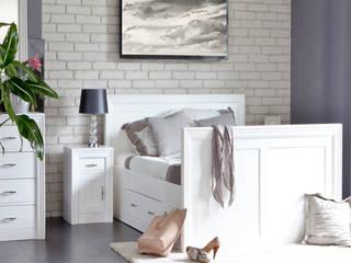 Holzbett in Weiß: moderne Schlafzimmer von Massiv aus Holz