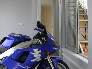バイクガレージ: 松井設計が手掛けたガレージです。,