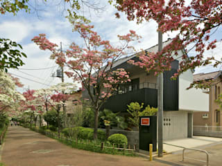 現代房屋設計點子、靈感 & 圖片 根據 岩瀬アトリエ建築設計事務所 有限会社 現代風