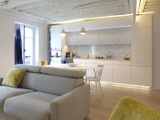 A SAINT GERMAIN DES PRES: Salon de style  par EC Architecture Intérieure