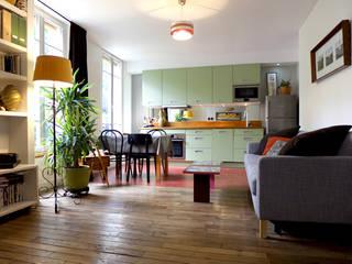 SUR LES HAUTEURS DU PERE LACHAISE: Salon de style  par EC Architecture Intérieure