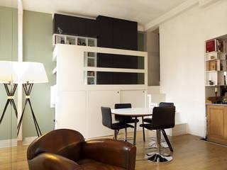 UN LOFT A PARIS: Salon de style  par EC Architecture Intérieure