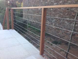 Garde corps au design contemporain et aux lignes architecturales épurées. Made in Bois Balcon, Veranda & Terrasse modernes