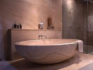 Badewanne aus Travertin:   von Struker Fliesen