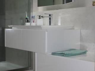 Salle de bain en béton ciré:  de style  par Architecte d'interieur en Gironde Concept Deco Bordeaux